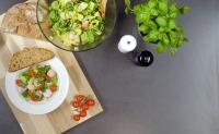 Frühlingssalat mit Kräuterdressing und Bauernbrot