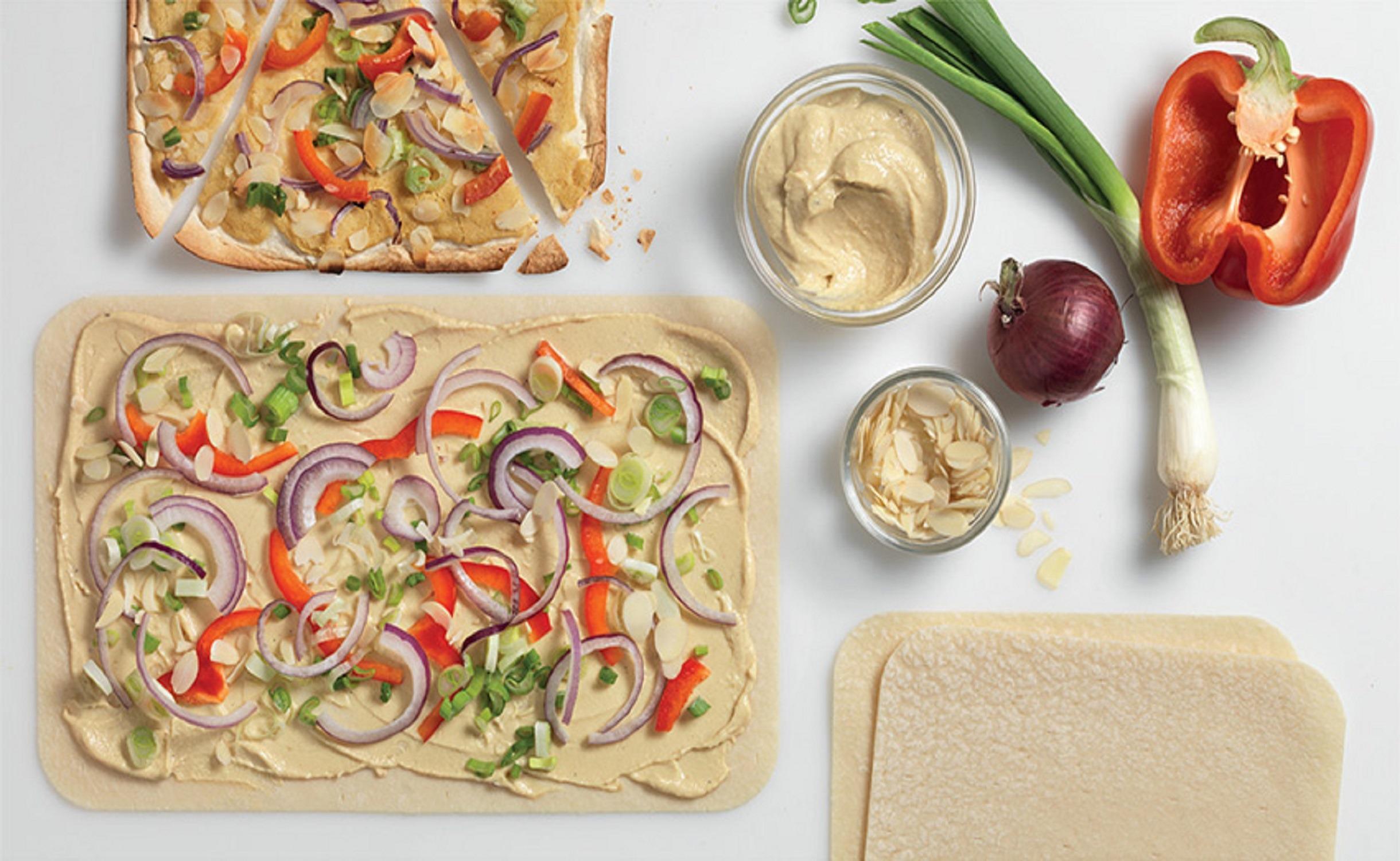 Veganer Flammkuchen mit Paprika und Lauch