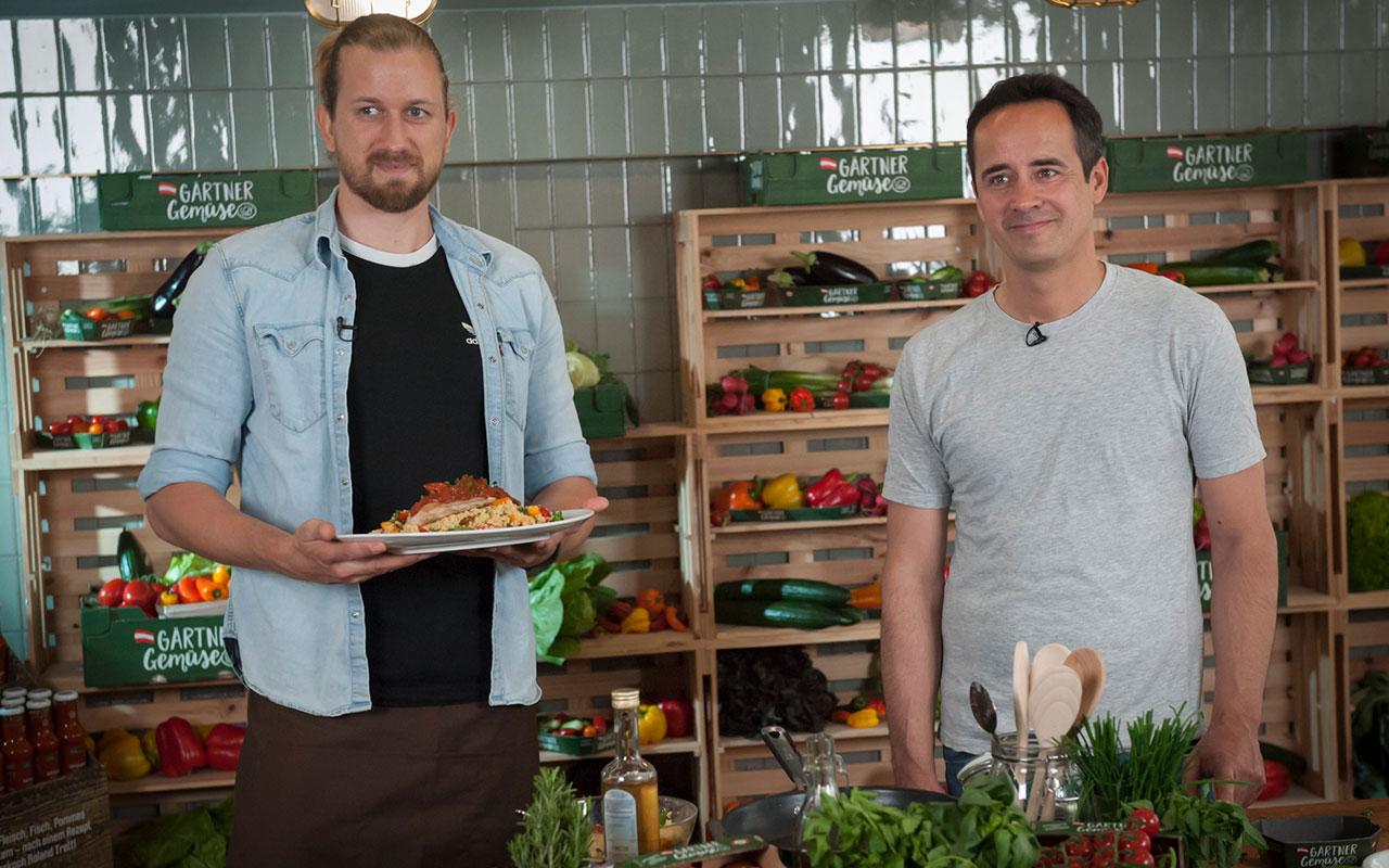 Motion-Cooking-Koch Gerhard Dragschitz (li.) mit Paradeiser-Gärtner Stefan Bauer © Bild: zweischrittweiter.at